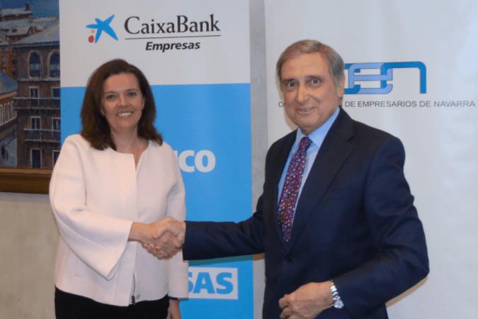 Ana Díez Fontana, directora territorial de CaixaBank en Navarra; y José Antonio Sarría, presidente de la CEN, durante la firma del acuerdo.