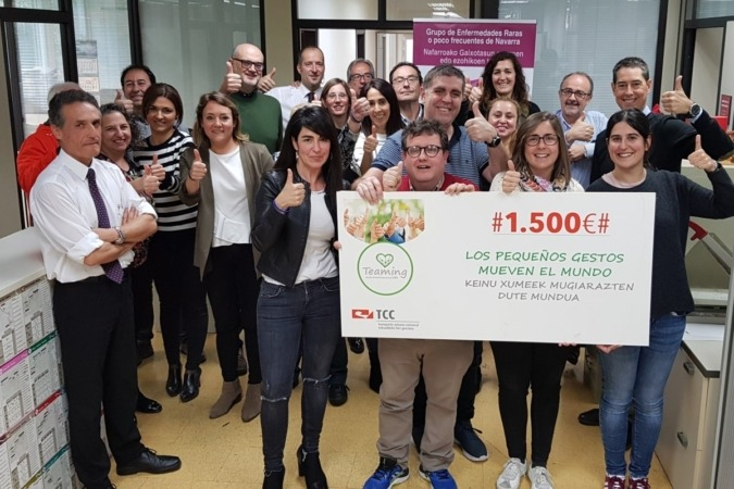 Los trabajadores de TCC Pamplona, durante la entrega del cheque a la Fundación Gerna.