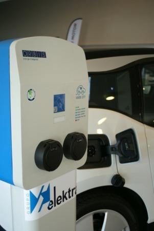 Poste recarga vehículo eléctrico.