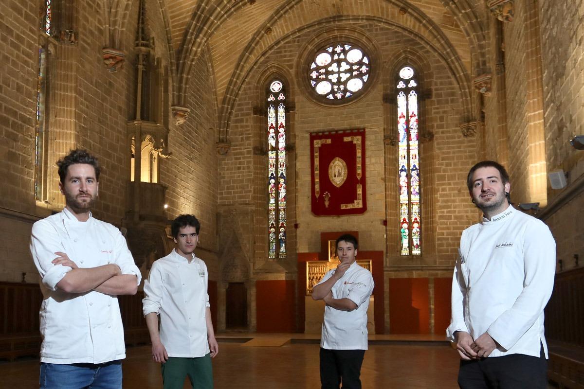Leandro Gil, Nacho Gómara, Aaron Ortiz e Iñaki Andradas, reunidos en el refectorio de la catedral de Pamplona.