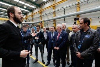 Guillermo Redrado durante la visita a la fábrica de ATP Iluminación.