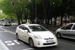 Un taxi híbrido circula por el centro de Pamplona. (FOTO: David Cazón).