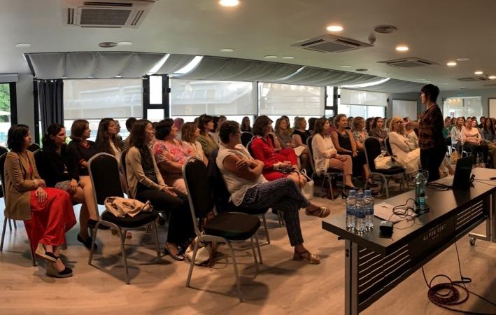 Más de 80 mujeres empresarias y directivas navarras se reunieron en el encuentro especial de junio de AMEDNA.