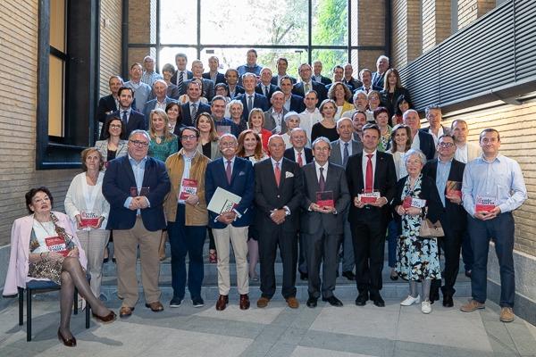 Foto de familia de los representantes de las empresas homenajeadas junto al presidente Taberna.