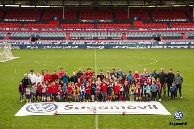 Una foto de familia en el estadio, un gran recuerdo.
