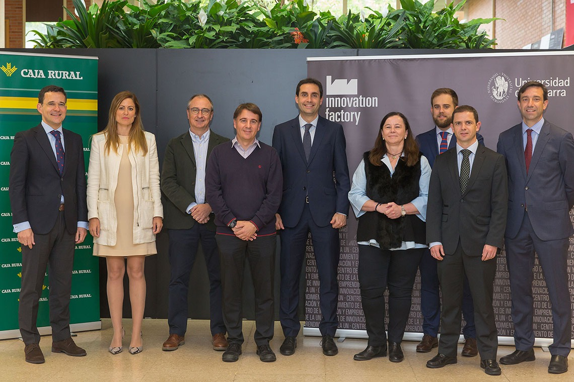 Los premiados, junto a representantes de Caja Rural y la Universidad de Navarra, durante el acto de entrega.