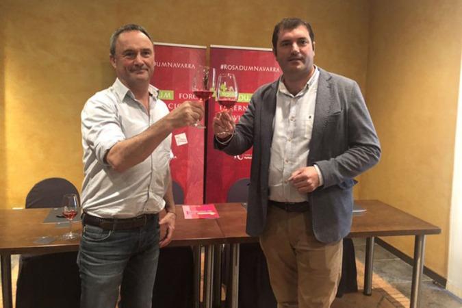 Juanma Intxaurrandieta, gerente de INTIA, y David Palacios, Presidente de la D.O. Navarra, brindan con un rosado de Navarra.