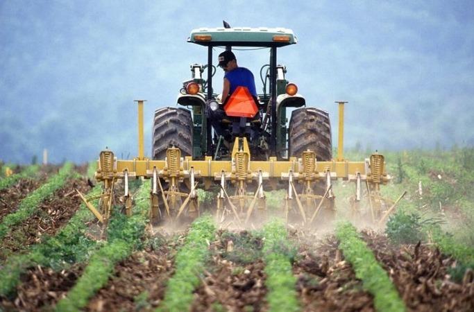 Tractor trabajando en el campo.