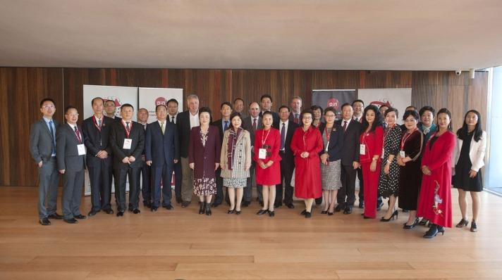 La delegación china asistente al I Foro Navarra Gansu con las autoridades forales.