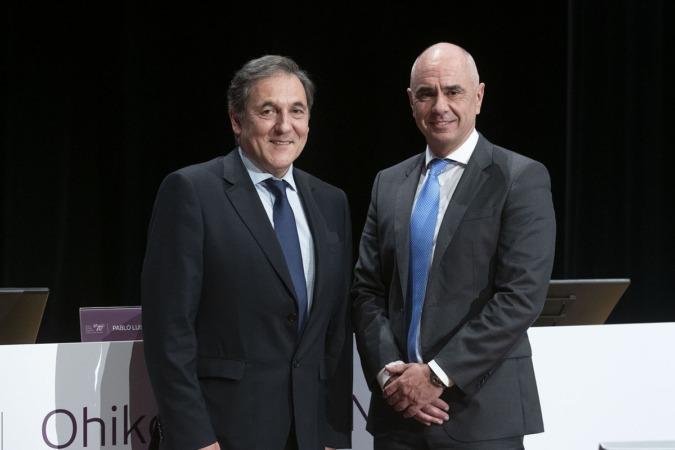 Txomin García, presidente de Laboral Kutxa, y Xabier Egibar, director general de la entidad.