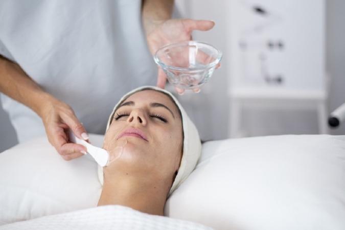 Es fundamental combinar el tratamiento con la aplicación de productos despigmentantes .