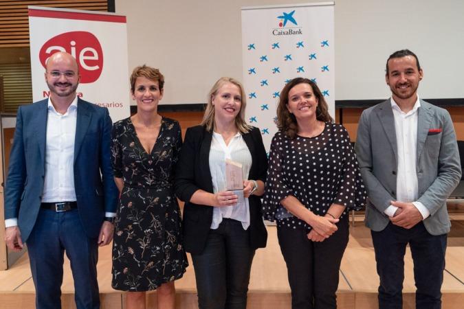 Maite Agüeros (centro) recibió el premio principal de AJE Navarra el pasado 20 de septiembre.