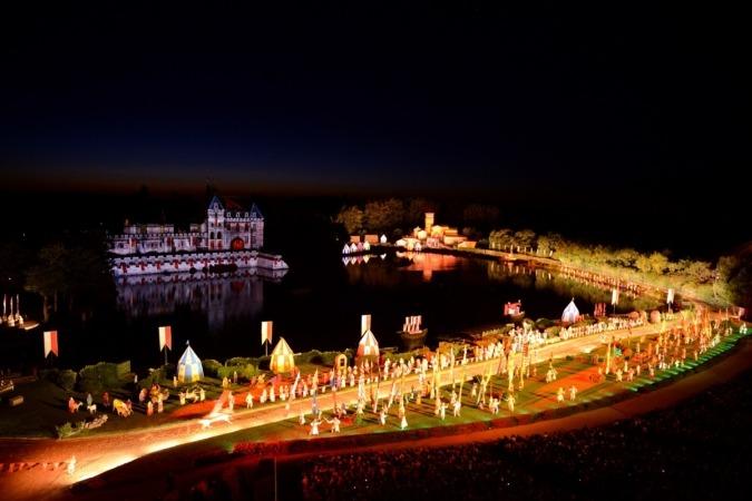 La Cinéscénie es el espectáculo nocturno más grande del mundo, con un escenario de 23 hectáreas.