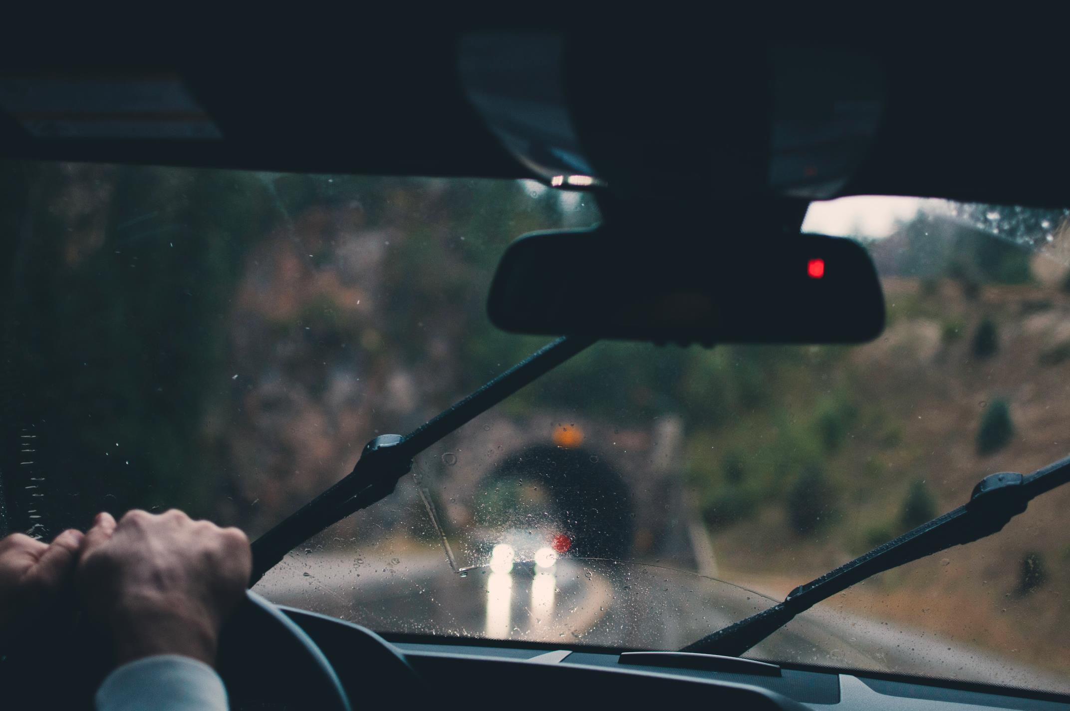 Cuando llueve, la visibilidad disminuye y conviene encender las luces de carretera. (Fotos: cedidas).