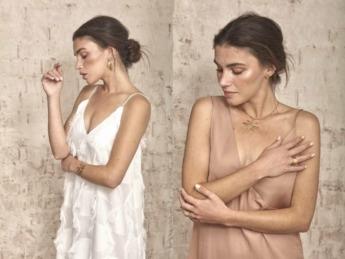 Un moño bajo acompañado de joyas minimalistas es siempre una buena opción.