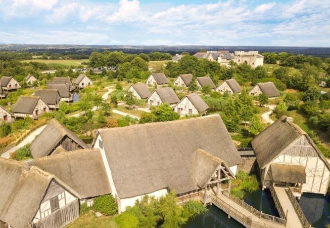 Les Îles de Clovis es un hotel sobre la superficie del agua con 50 cabañas construidas sobre pilotes