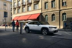 El MX-30 se posiciona como segundo vehículo del hogar, un SUV eléctrico para recorridos cortos. (Fotos: cedidas).