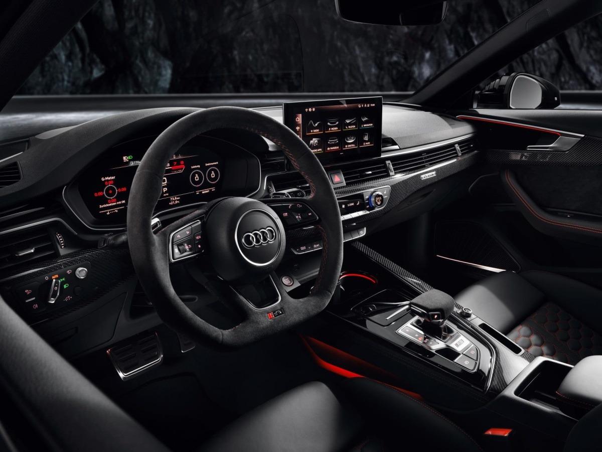Tonos muy oscuros, realzados con detalles rojos y toda la información orientada al conductor.