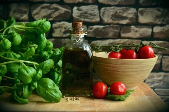 El aceite de oliva y los vegetales no deben faltar en la dieta diaria.