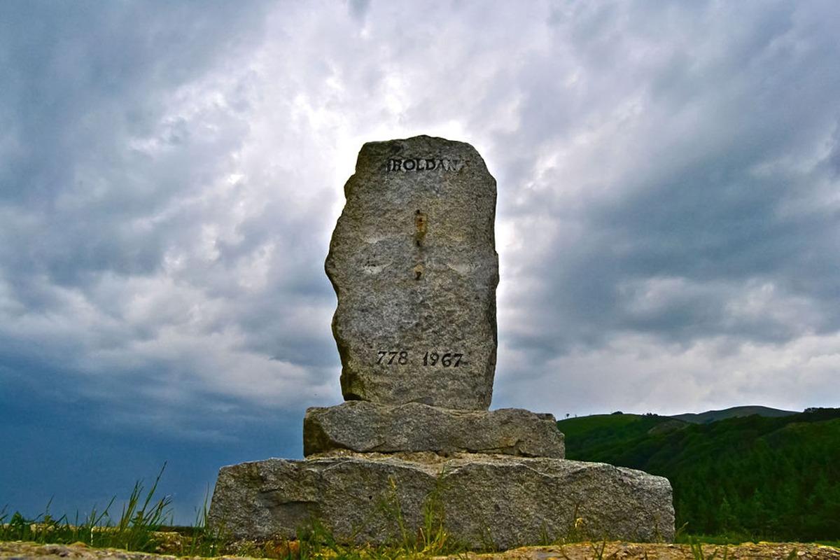 Monumento a Roldán en el alto de Ibañeta (Navarra).
