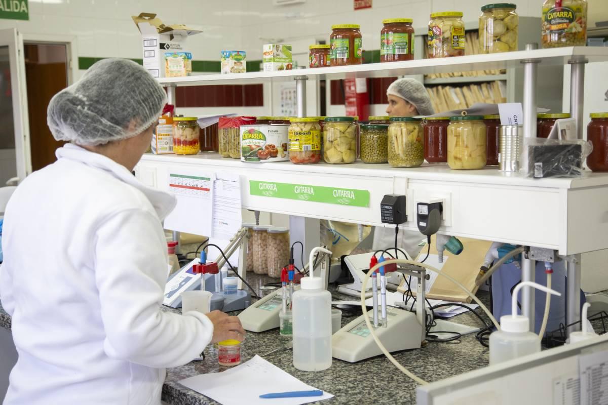 En el laboratorio trabajan nueve personas en dos turnos.
