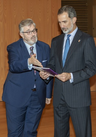 Tito Navarro entregó una copia de El Espejo a Felipe VI.