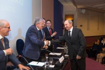 Gaspar Domench recibe la insignia de Socio de Mérito.
