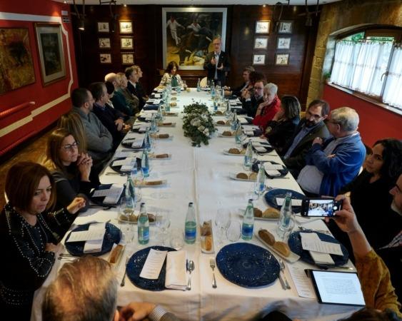 Los asistentes, durante la comida previa al debate.