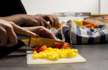 Manos de mujeres cocinando.