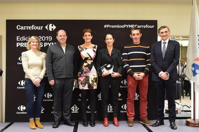 Los ganadores junto a la presidenta del Gobierno y representantes de Carrefour.