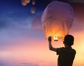 En occidente la costumbre es hacer volar un globo de papel de seda.