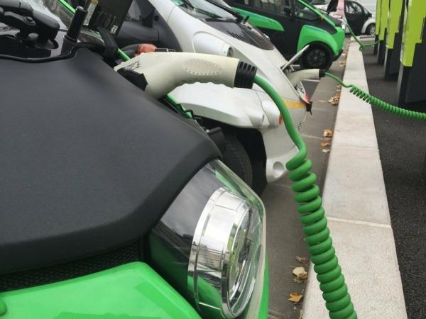 Los concesionarios invertirán para incorporar puntos de recarga para los coches eléctricos. (Fotos: cedidas).