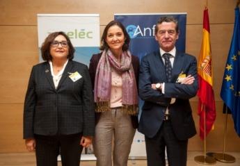 Marina Serrano (izda.), Reyes Maroto (centro) y Mario Armero (dcha.).