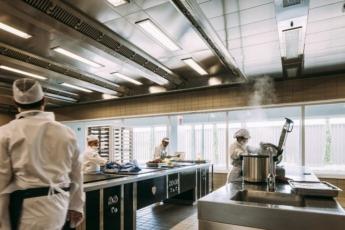 Se diseñan, elaboran y distribuyen a diario miles de platos de vanguardia a cadenas hoteleras, restaurantes o catering.