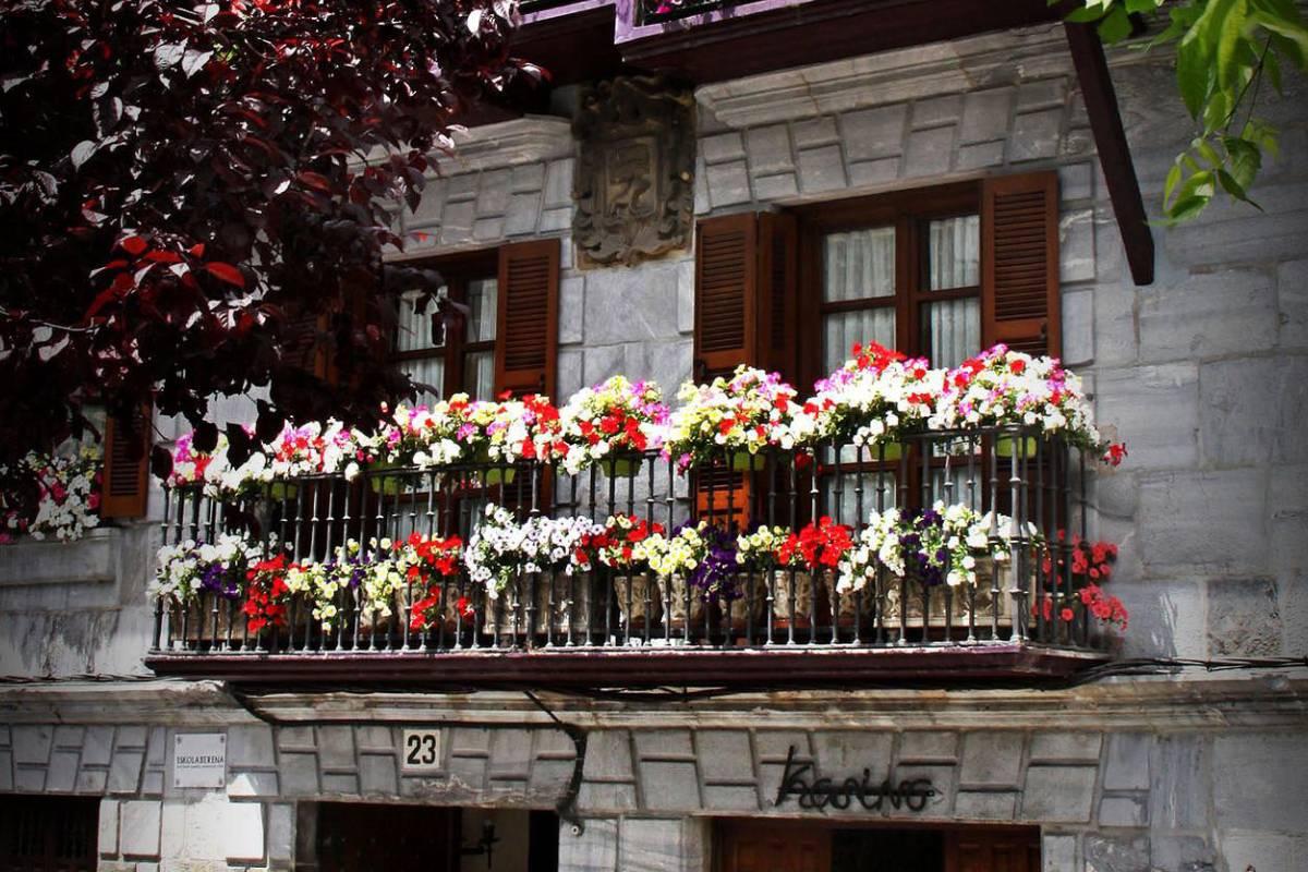 Característica fachada del afamado Restaurante Kasino de Lesaka.