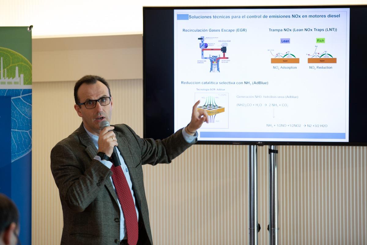 Apoyándose en datos, Rufino M. Navarro realiza una defensa razonada del diésel. (Fotos: Maite H. Mateo).