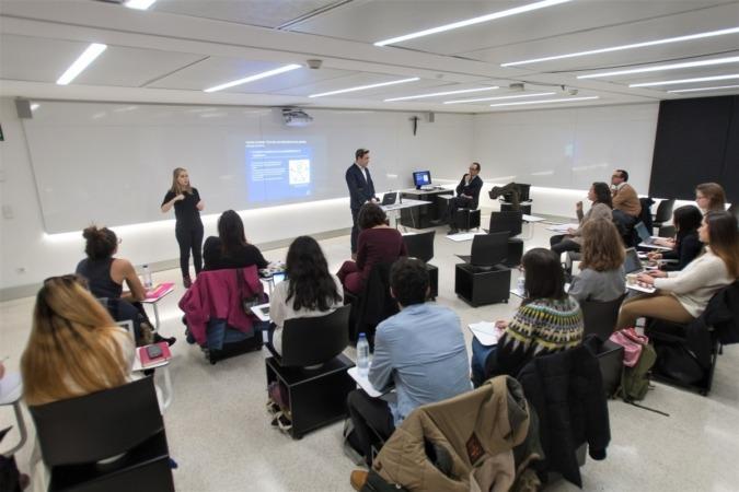 Luis Casado, durante una de sus clases, en presencia del también profesor Ángel Arrese.