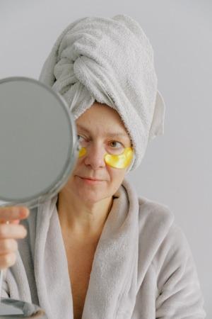 A partir de los 50 años cuidar el rostro se vuelve una tarea imprescindible.