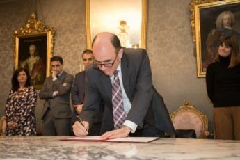 El consejero de Desarrollo Económico y Empresarial, Manu Ayerdi, en la firma del convenio.