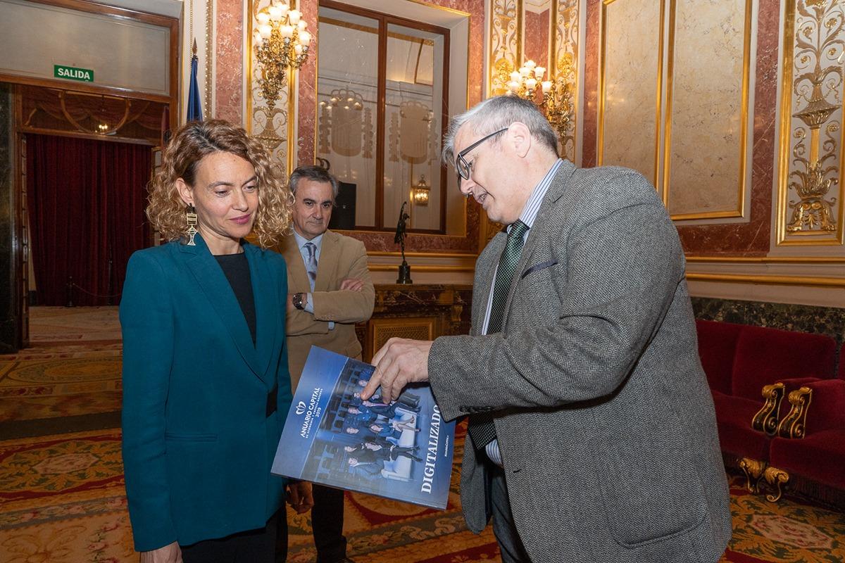 Tito Navarro, haciendo entrega de un ejemplar del Anuario Capital a Meritxell Batet.