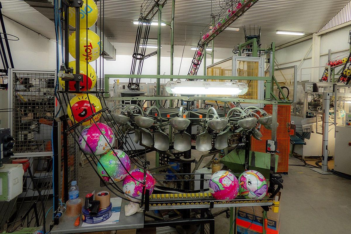 La firma fabrica dieciséis millones de balones al año.