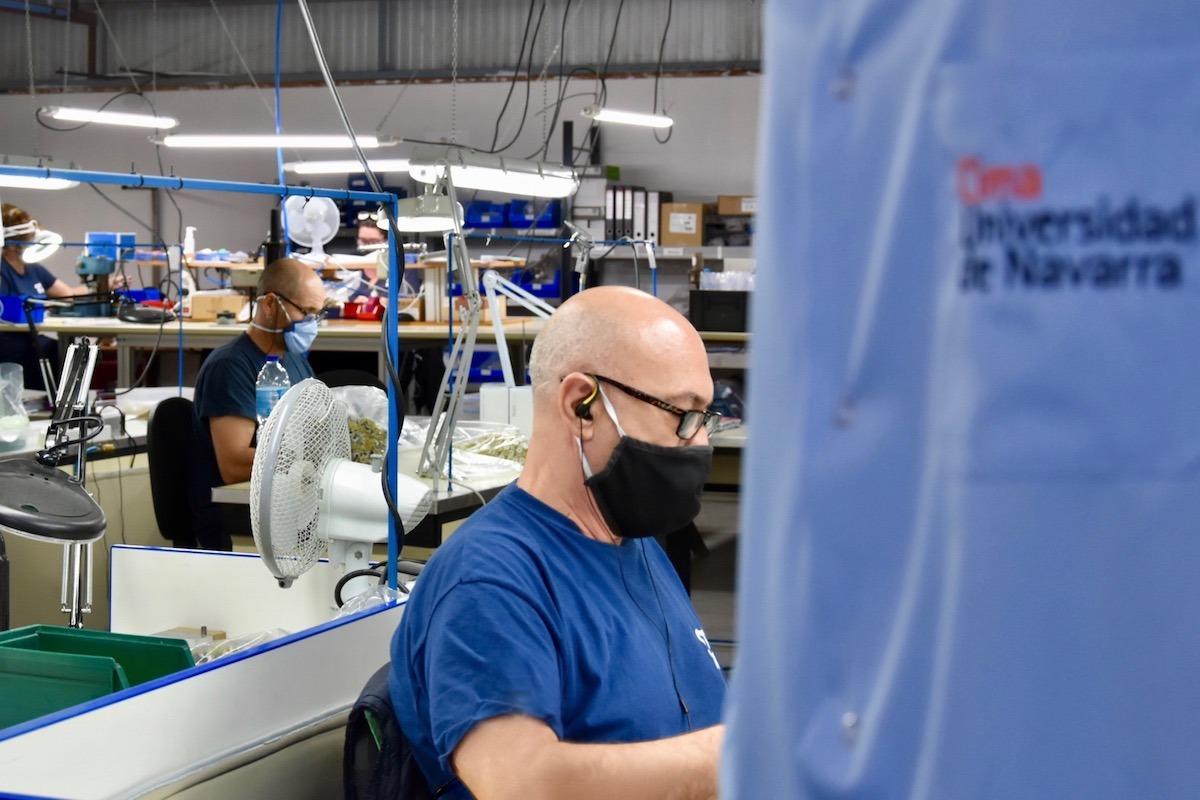 La plantilla de Amimet ya ha confeccionado 20.000 batas quirúrgicas hasta el momento.