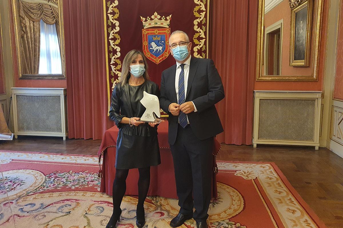 Ana Azcona recibió el premio de manos del alcalde de Pamplona, Enrique Maya.