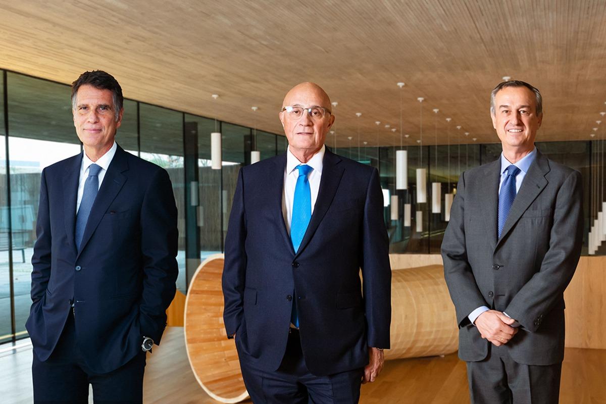 De izda. a dcha., Jaime Guardiola, Josep Oliu y Cesar González-Bueno.