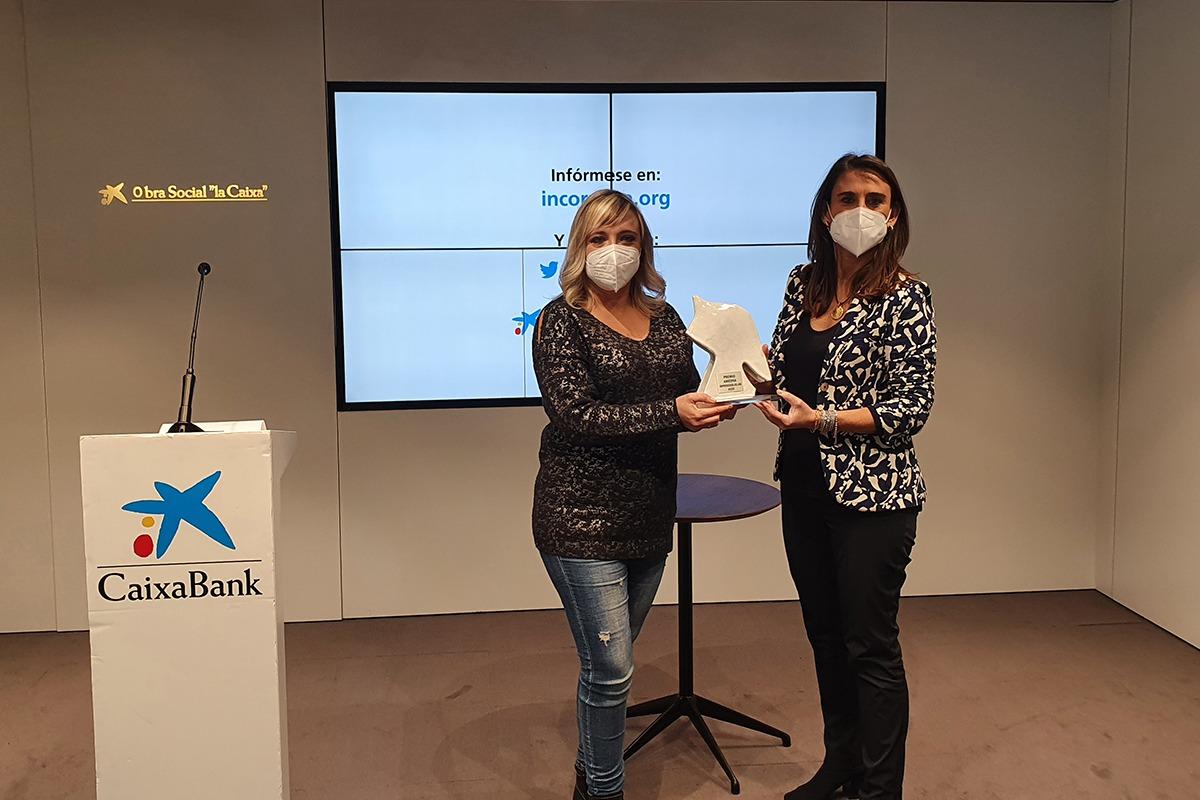 Beatriz Zazpe, Emprendedora Navarra 2020, junto a Isabel Moreno, de CaixaBank.
