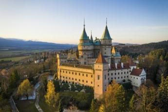 Castillo de Bojnice en Eslovaquia se encuentra sobre un gran montículo de mármol travertino.