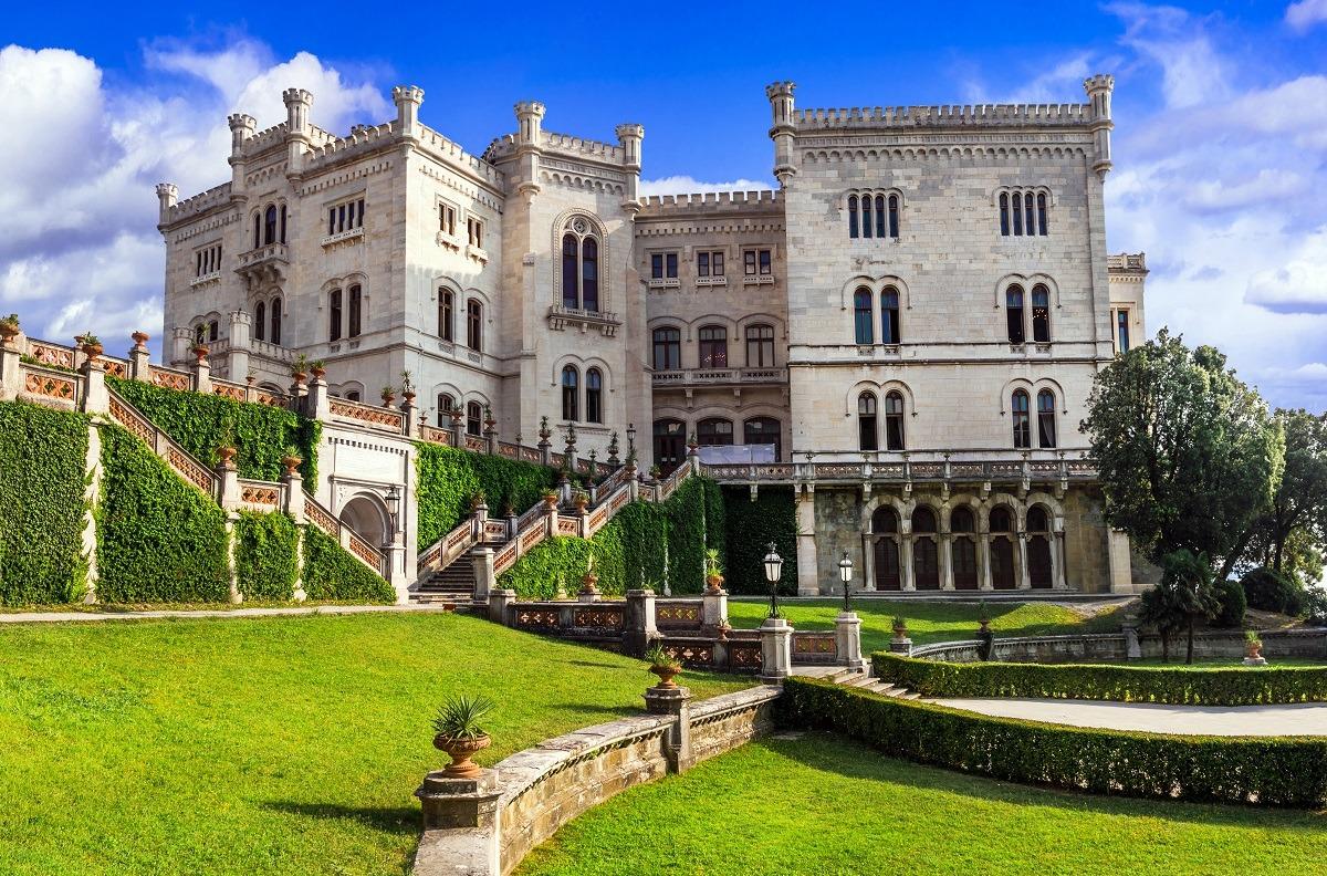 El castillo de Miramare en Italia es una combinación de estilos medieval, renacentista y gótico.