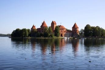 El Castillo de Trakai en Lituania se ubica en medio de un lago.