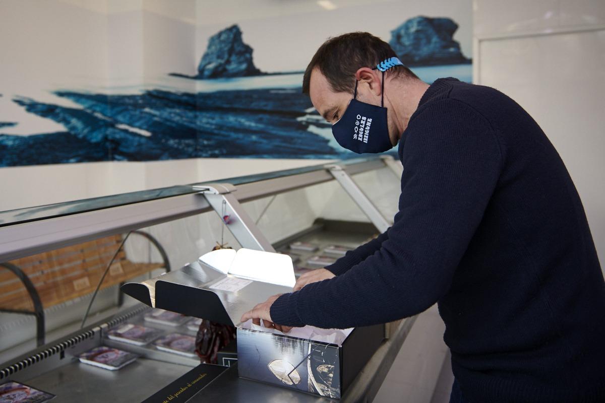 Natxo Castillo, preparando una caja de angulas Selecta que se venderán a granel en una pescadería.