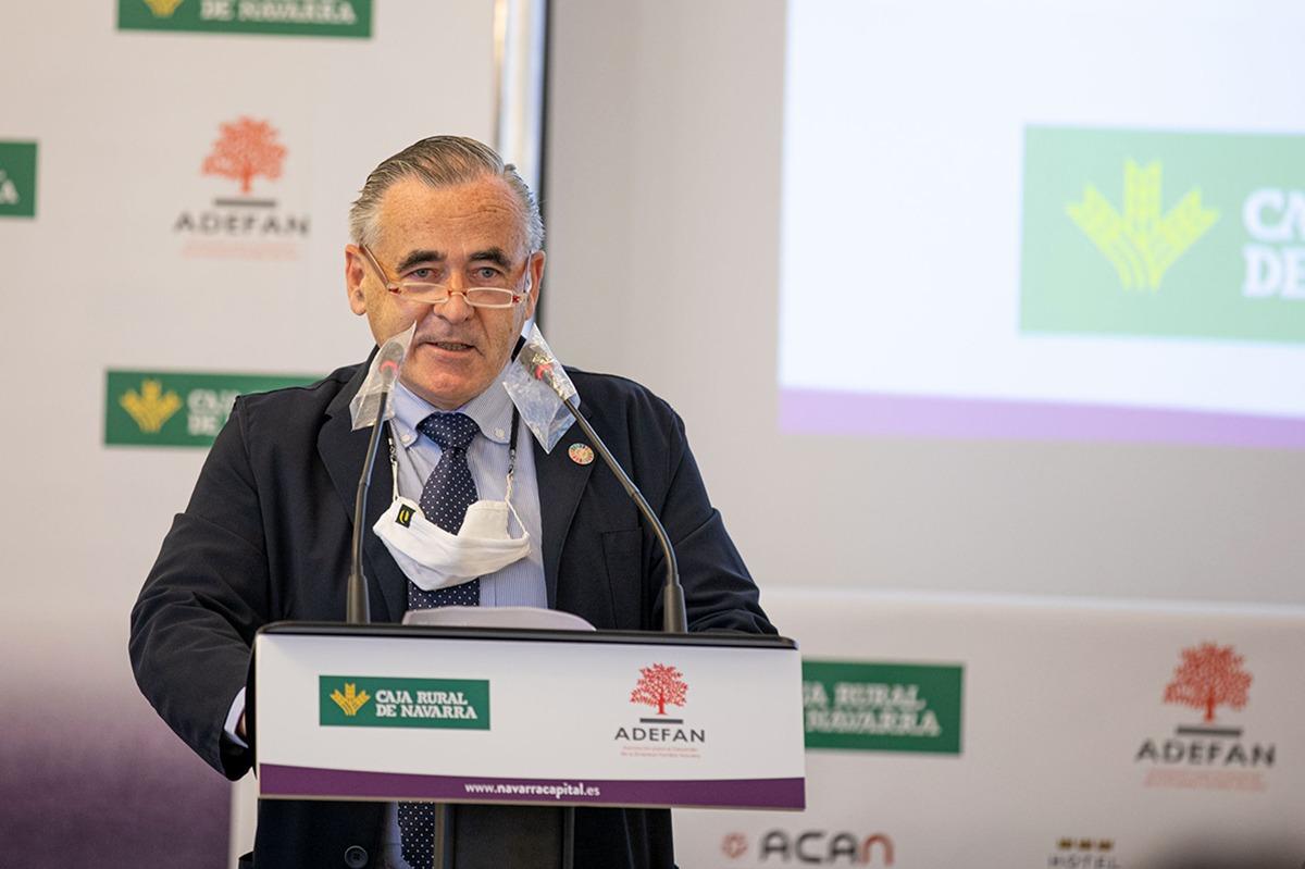 Francisco Esparza (ADEFAN) presentó a Francisco J. Riberas, a quien agradeció su presencia en Pamplona.